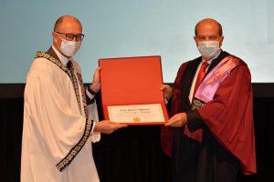 Prof. Dr. Fuat Erdal tarafından Cumhurbaşkanı Ersin Tatar'a fahri doktora ünvanı verilirken